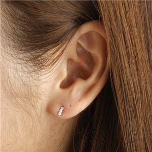 K10ダイヤモンドトリプルピアスを耳に付ける