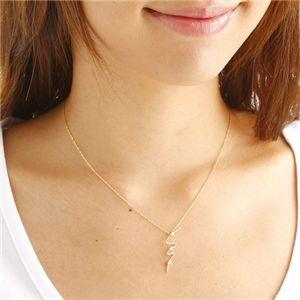 K14/YG ウェービーダイヤモンド3ストーンペンダントを着けたイメージ写真