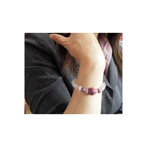 ルビー&水晶 ブレスレット・イヤリングセットを着けたイメージ写真
