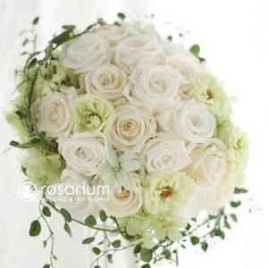 Royal Wedding ホワイト・ローズ 「ロザリウム・宮崎惠美子さん」のラウンドブーケ (25ansウエディング掲載商品) ブートニア付