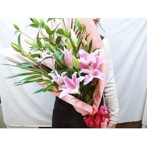 ピンクの大輪ゆりの花束