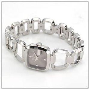 Gucci(グッチ) G-GUCCI コレクション Gのイニシャルがモチーフ。インデックスにシェルとダイヤをあしらったラグジュアリーなレディス・ブレスウオッチ 【腕時計】 YA125503