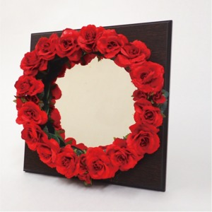 花笑みフラワーリースミラー(赤花・茶木板)